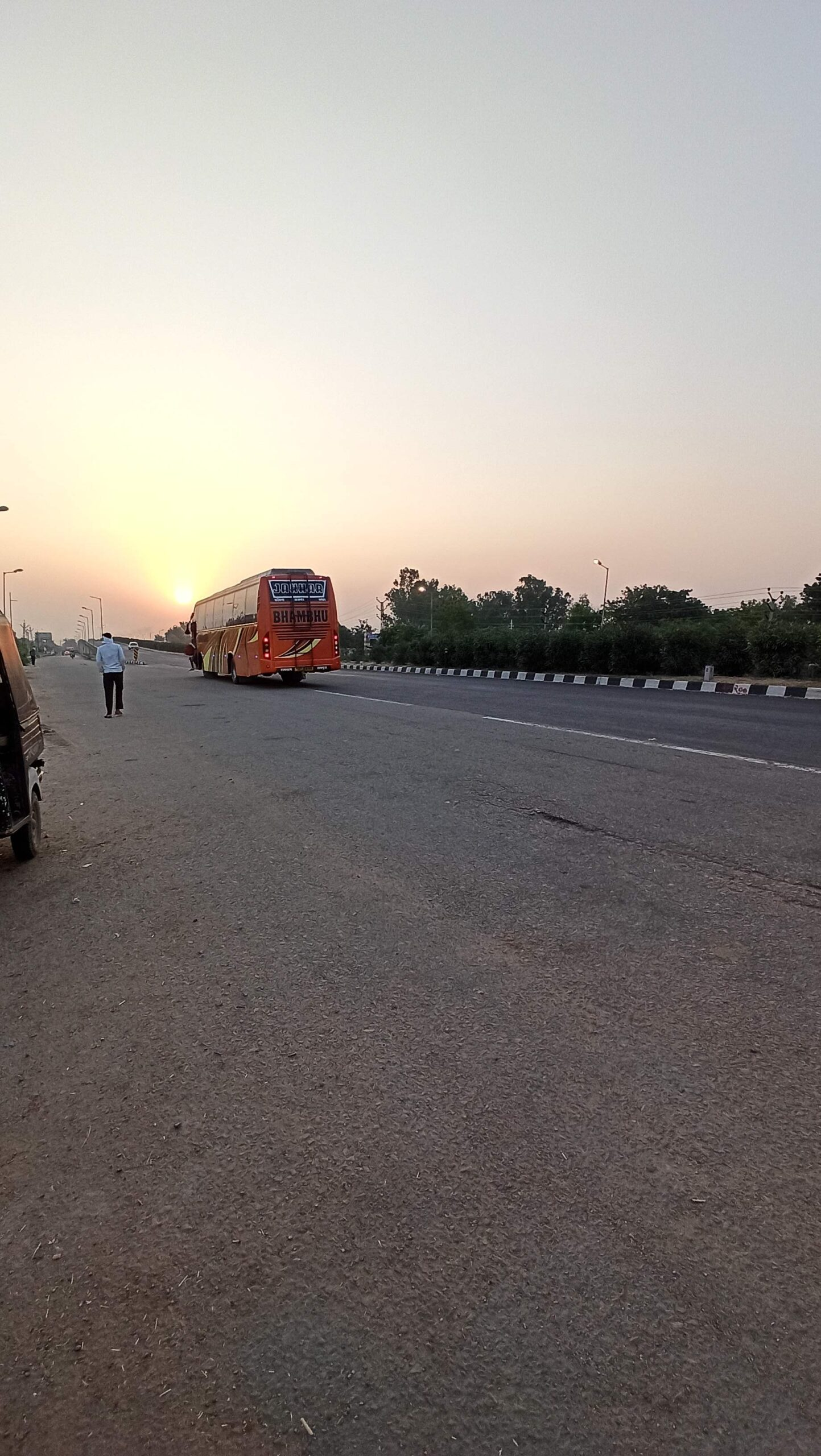 ブンディ到着時の日の出とバス